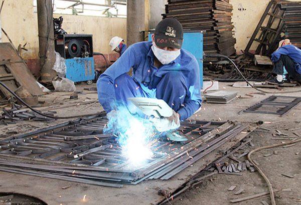 thợ cơ khí hàn sắt