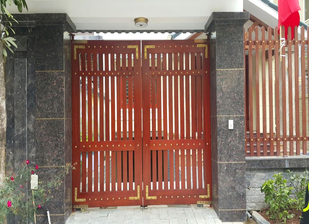mẫu cửa sắt giả gỗ đẹp - cơ khí trần mười