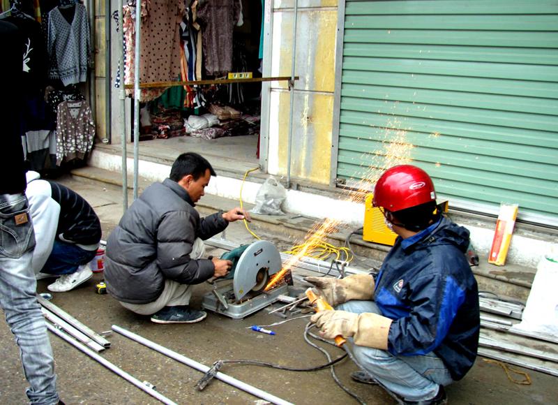 thợ sửa cửa sắt dạo